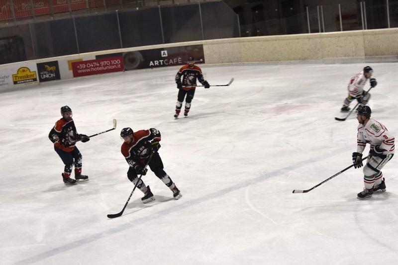 Partita solidale di hockey sui ghiaccio a Dobbiaco.