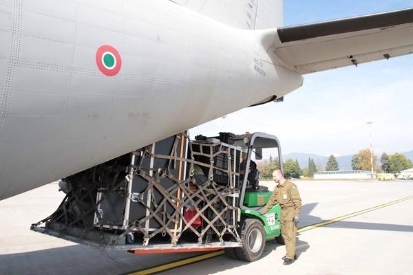 Il carico del PMA sul CI27 in partenza per lo scenario Abruzzo.